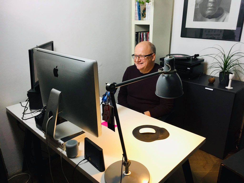 moderátor Ivan Ježík za počítačom