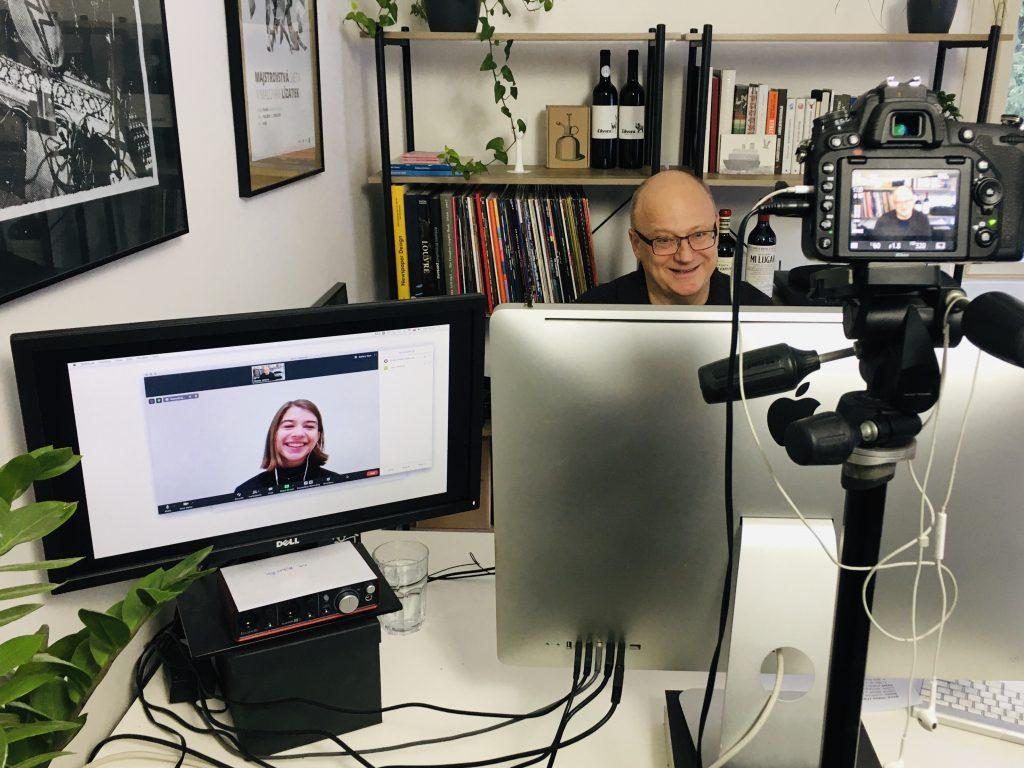 moderátori kvízu za obrazovkami počítačov