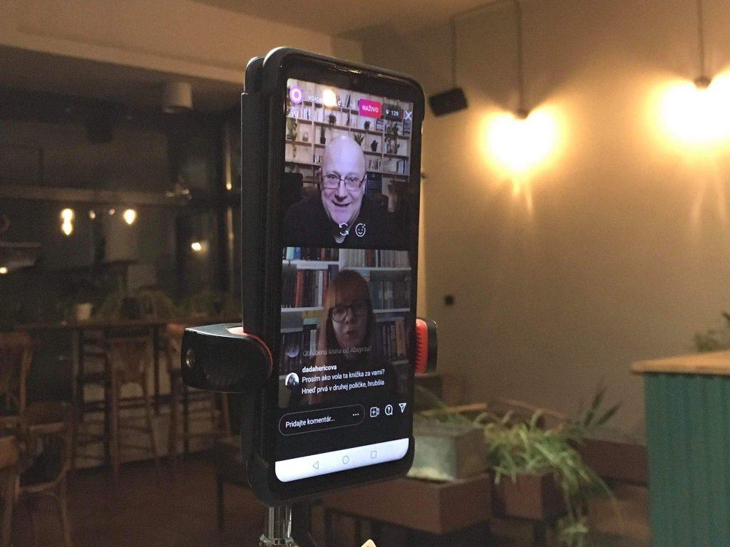 Ivan Ježík a Jana Šlinská na obrazovke mobilu