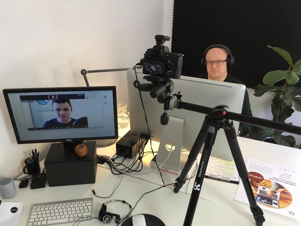 moderátor Ivan Ježík počas online rozhovoru