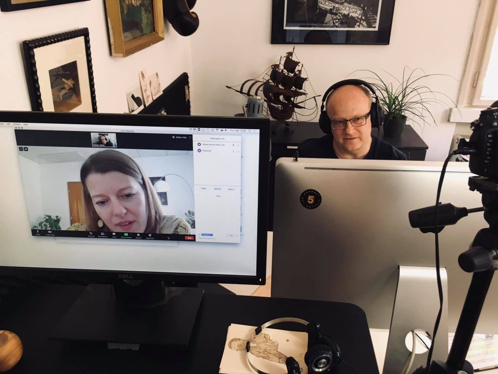 moderátor Ivan Ježík počas online rozhovoru, Lenka Rušarová na obrazovke