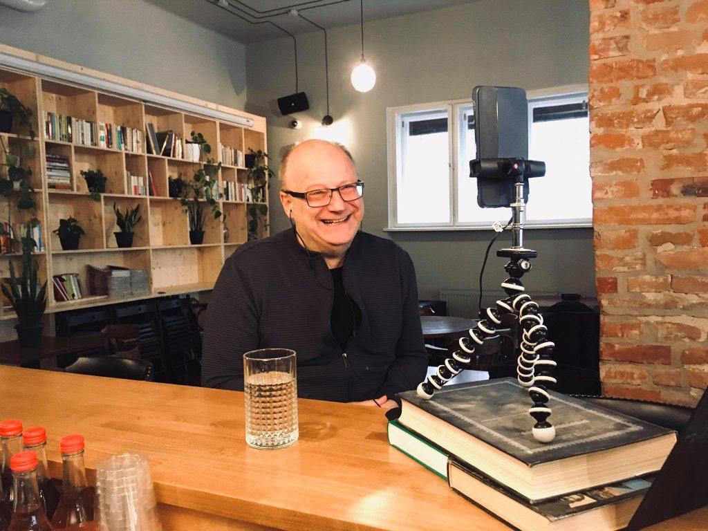 Usmievajúci sa Ivan Ježík počas rozhovoru pred smartfónom