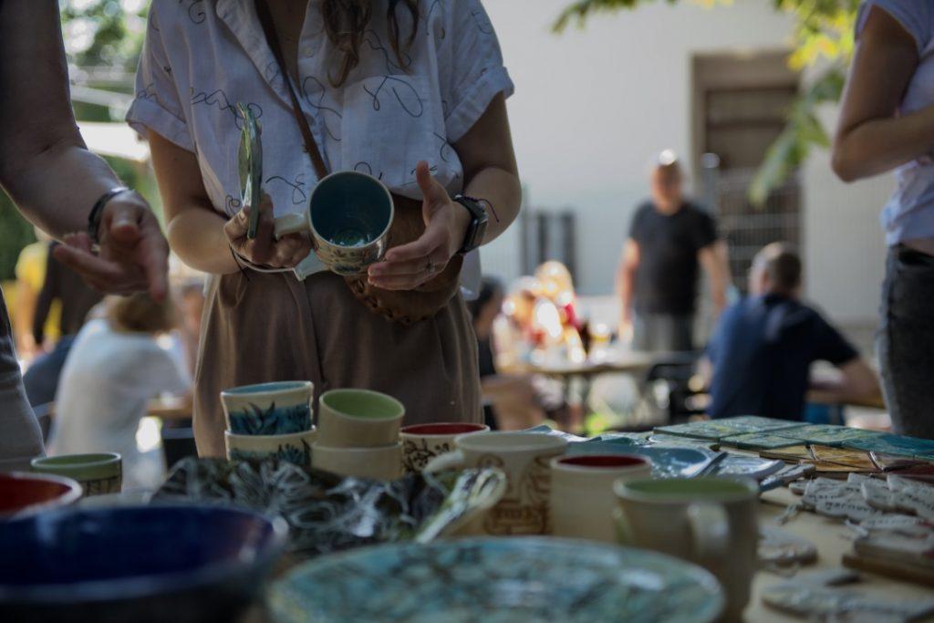 žena pri prezeraní keramických výrobkov